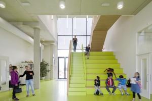 In de aula vormt een slim ruimtebesparend element de trap naar de eerste verdieping.