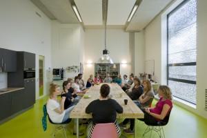 De personeelsruimte met een grote sloophouten tafel. Het gesloten zonnescherm zorgt voor privacy.