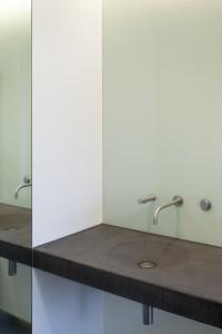 Wastafelmeubel in het Mauritshuis, hoogwaardig en op maat gemaakt. De elektronische wandtapkraan is van VOLA (type 4011-40).
