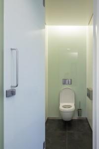 Toilet Mauritshuis. De achterwand is voorzien van een glasplaat, de zijwanden van epoxymuurverf