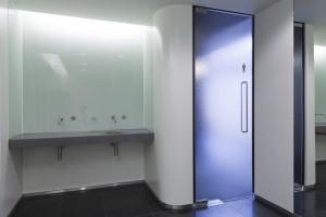 Sanitaire ruimten in het Mauritshuis hebben hetzelfde afwerkingsniveau als de rest van het museum. Degelijke, tijdloze materialen die intensief gebruikt kunnen worden en goed te onderhouden zijn.