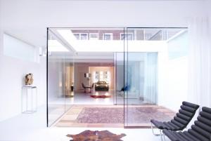 De kozijnloze puien bestaan uit een vaste en een schuivende glasplaat.