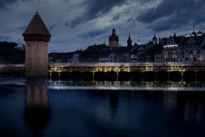 Interactieve lichtsculptuur voor de Kapelbrug in Luzern i.s.m. DUS Architects, lichtspecialist Digiluce en Rombout Frieling. Met tientallen beamers ontstaat een interactief lichtspel met elke passant op de brug.