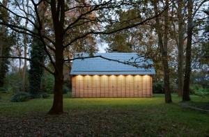 Verlichting in het overstek van de kap maakt het interieur van het huis onzichtbaar voor de buitenwereld. Foto Roel van Norel
