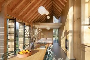 Het huis bestaat uit één open ruimte met een slaapgedeelte, met daarboven een insteekvloer. De keuken, badkamer, wc, opbergkasten en houtkachel zijn allemaal geïntegreerd in de eikenhouten wand aan de gesloten kant van het huis.