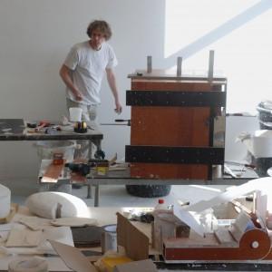 Vincent de Rijk in zijn werkplaats in Rotterdam, in 2012 werkend aan de remake van de maquette van de Très Grande Bibliothèque Parijs, ontwerp OMA