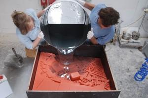 Het gieten van polyester in werkplaats Vincent de Rijk
