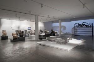 Expositie Bits & Crafts in de Friedman-Benda-Gallery in New York. Rechts de Dragon Bench.