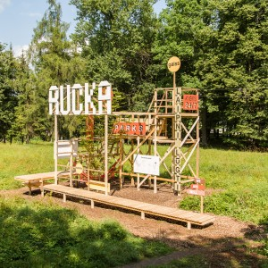 Buildboard in het Rucka Park, gemaakt met studenten tijdens de international Summer School 'Get Well City' van de TU Riga, 2014.