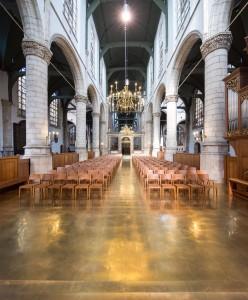 Messing vloer in koor Sint Janskerk Gouda, ook de stoelen zijn speciaal ontworpen voor het koor. Foto Frank Hanswijk