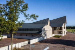 Arcadia in Vledder biedt ruimte aan 100 paarden en twee woningen voor verzorgers. Ontwerp Cor Kalfsbeek
