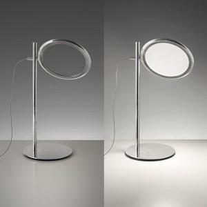 Discovery van Ernesto Gismondi voor Artemide, oogt uitgeschakeld als een loep; ingeschakeld verandert het glas in een lichtgevende plaat.