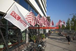 Stalen installatie als vlaggendrager voor de ingang van het  Volkshotel in Amsterdam kreeg een gehoopte nevenfunctie als fietsenstalling. 2014.