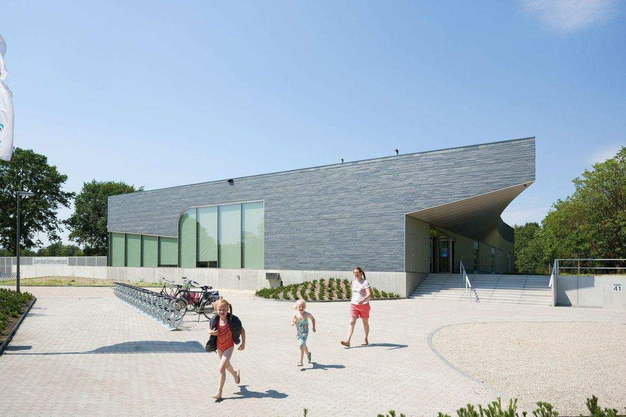 Zwembad met sculpturale vorm architectuur