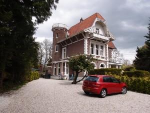 Het grote huis, Villa Liliane, met links de nieuwbouw. Foto: Jacqueline Knudsen