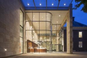 Museum MORE Gorssel - entreehal avond - Hans van Heeswijk architecten - Foto Luuk Kramer