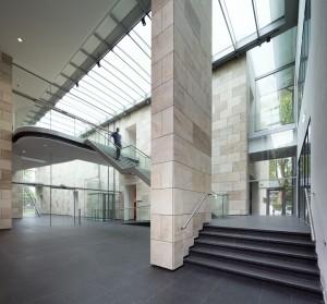Museum MORE Gorssel - entreehal met doorgang naar oudbouw - Hans van Heeswijk architecten - Foto Imre Csany-DAPh