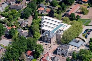 Museum MORE Gorssel - luchtfoto met op voorgrond het oude raadhuis, daarachter de nieuwbouw - Hans van Heeswijk architecten - Foto Sebastiaan