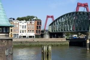 Zicht vanaf de Koningsbrug met op de achtergrond de Willemsbrug