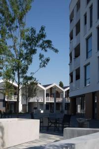 Woonzorgplein Eltheto in Rijssen 2by4 architects - plein tussen de twee blokken zorgtoegankelijke appartementen, Het Landvast en de Bolder