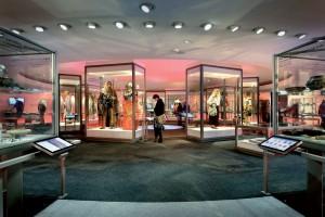 De expositieruimte met een overzicht van de geschiedenis van Noord-Holland in archeologische vondsten vanaf 300.000 voor Christus tot 1950. Historische modellen in de binnenring van de expositieruimte met onder andere Hilde (vitrine links) • Foto Mike Bink.