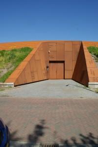 De nooduitgang van het depot in corten staal.