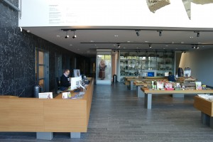 De balie en de museumwinkel bij de ingang.