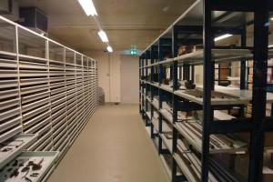 Delen van het depot zijn zichtbaar vanuit de expositieruimte.