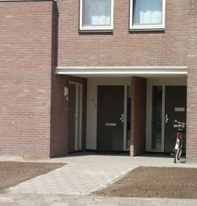 Iedere woning heeft zijn eigen voordeur aan de straatzijde.