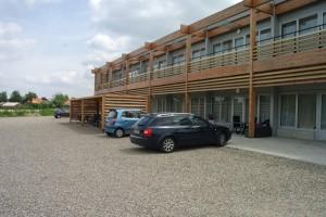 De achterzijde van het complex met fietsenstalling en parkeerplaatsen.