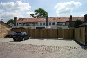 Aan de achterzijde zijn ook extra parkeerplaatsen gemaakt, in het dak zijn nieuwe dakramen geplaatst.