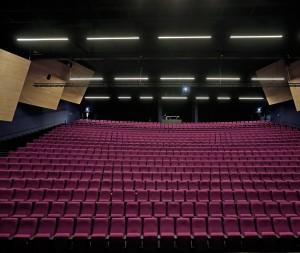De dans en concertzaal met klankkaatsers voor een goede akoestiek.