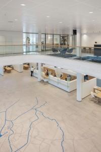 Zicht op de centrale hal met plattegrond van Almelo vanaf de eerste verdieping.