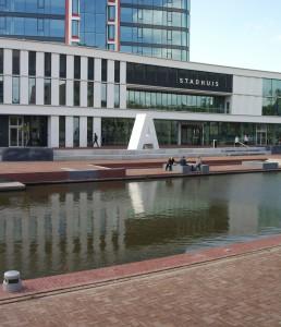 Het plein voor het stadhuis met deels 'zitbare' letters.