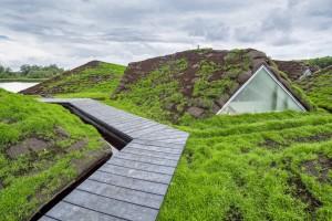 Een pad leidt vanaf de achterzijde het dak op naar een uitkijkpunt