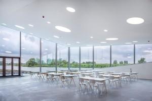 Restaurant met terras en zicht op het water en het getijdenpark ook door Marco Vermeulen ontworpen