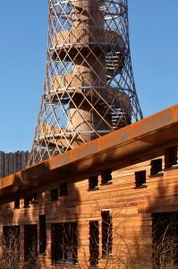 Robuuste gevelmaterialen: corten staal, zwart sparrenhout en western red cedar.