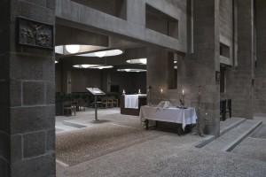 Transparantie van steunpilaren en architraven, op de grens van straat naar kerkzaal