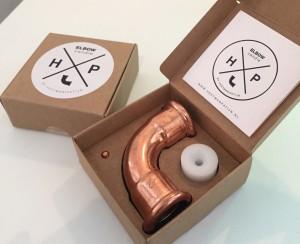 De massief koperen kaarsenkandelaar Elbow in verpakking