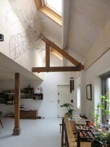 Het kantoor van Origins architecten in de voormalige koeschuur is geheel verduurzaamd: voorzien van isolatie, daklichten en drie soorten ventilatie