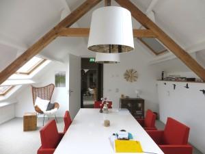 Spreekkamer met doorzicht naar tweede spreekkamer, beiden met daglicht via vier nieuwe dakvensters.