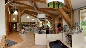 Door het hart van het centrum loopt een geknikt 'bospad'. Constructie, vloeren, meubels en wandbekleding zijn van verschillende soorten Hollands hout.