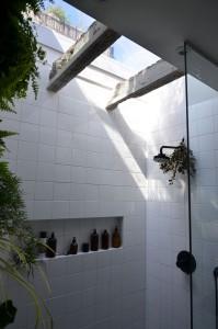 en van de bewoners wilde veel daglicht in zijn badkamer. Arjan Gooijer bedacht een lichtkoepel op de plek waar voorheen de betonnen 'broodjes' in het plafond zaten