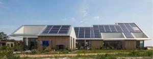 Zuidwestgevel nulenergiewoningen 't Zoutelande Den Hoorn Texel - ANA architecten - foto Luuk Kramer