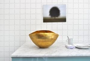 Behang met een knipoog: minuscule marcherende miertjes die tegeltjes in een keuken imiteren