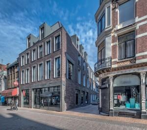 Hoek Steenweg en Massegast. Het gesloopte pand bestond uit meerdere delen met een hoofdgebouw aan de Steenweg en achterliggende delen aan twee stegen richting Oude Gracht. Het nieuwe gebouw heeft dezelfde contouren als het oude pand.