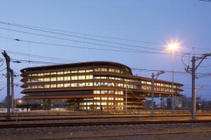 De cortenstalen lamellen refereren aan de spoorrails en geven het gebouw een industriële uitstraling. Het hoge dak boven de seinzaal bevat zonnepanelen, de lagere kantoorvleugel heeft een vegetatiedak.