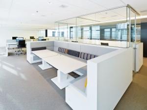 Kantoorruimte met open werkplekken.