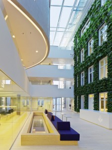 Atrium met de vier verdiepingen hoge plantwall.