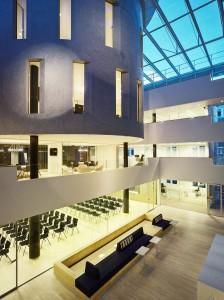 Atrium met zicht op de congresruimte en het vergadercentrum.